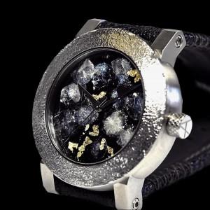 文字盤を魚のウロコで装飾した時計